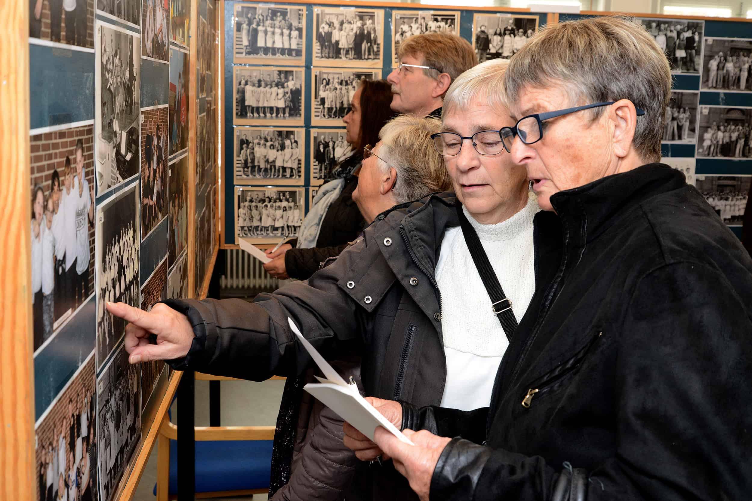To damer studerer en udstilling